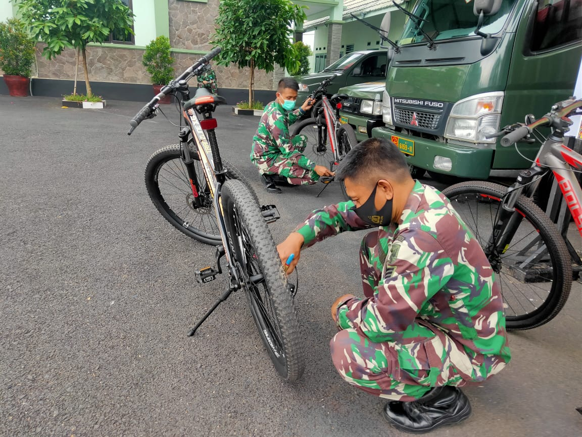 Anggota Kodim 0410/KBL Serka Usmawan lakukan Pemeliharaan dan perawatan sepeda santai