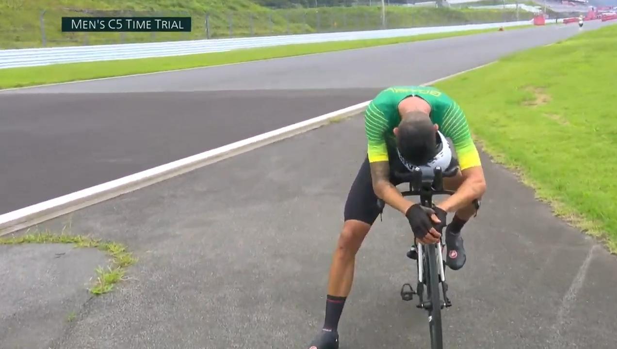 Lauro Chaman com a cabeça no guidom da bicicleta, triste