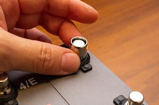 PFL-1000 はスイッチにねじ込んで取り付ける
