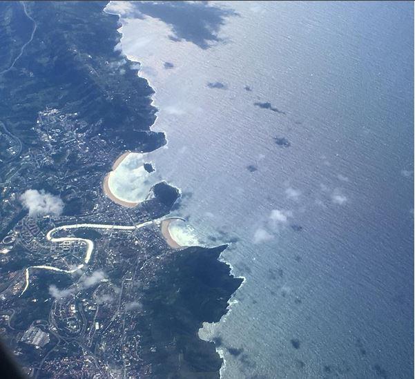 foto desde el avión a su paso por playa de la concha