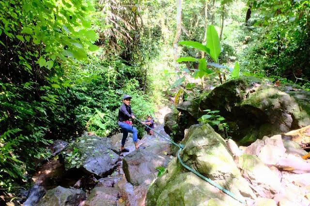 ทางเดินเข้าไปน้ำตก มีจุดที่ต้องปีนก้อนหินขึ้นลง จับโหนไต่เชือกไปตามแนวหิน ควรเดินด้วยความระมัดระวัง