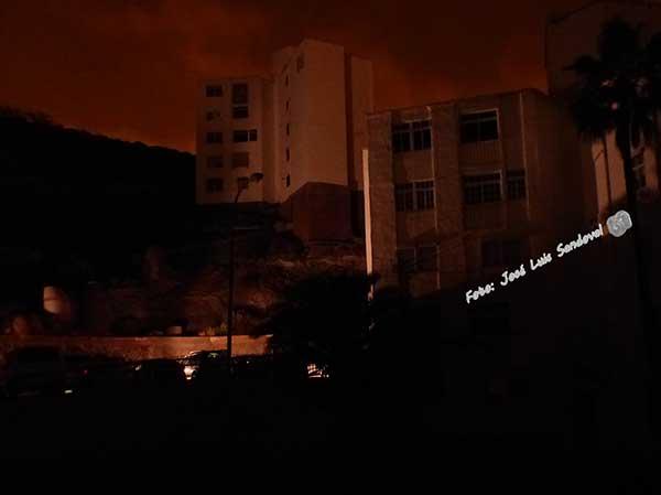 El barrio de El Lasso durante el apagón eléctrico en el cono sur / Fotos: José Luis Sandoval