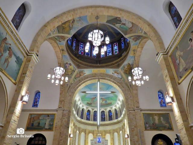 Fotocomposição com o Altar e o domo da Paróquia Nossa Senhora Aparecida de Moema - São Paulo
