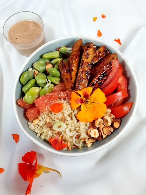 salade végétarienne quinoa/fèves/tempeh caramélisé et pomelo