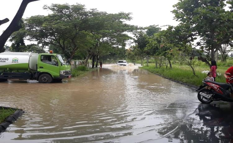 Akibat Diguyur Hujan Lebat, Jalan Menuju Pusat Pemerintahan Kota Serang Tergenang Air