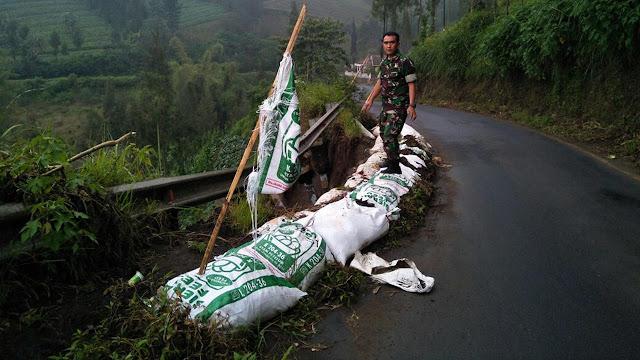 Hati-Hati, Jalan Menuju Kawasan Wisata Gunung Bromo Rawan Longsor