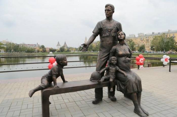 Another monument to the family, but already in 2013 was installed in Astrakhan. It is located on the observation deck in front of Swan Lake.