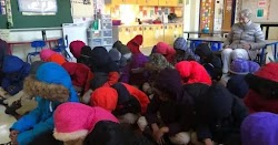 Σοκ στη Θεσσαλονίκη όπου σχολείο ζήτησε από τους μαθητές να φέρουν κουβέρτες  για το μάθημα, καθώς παρά τις πολικές θερμοκρασίας τα παράθυρα...