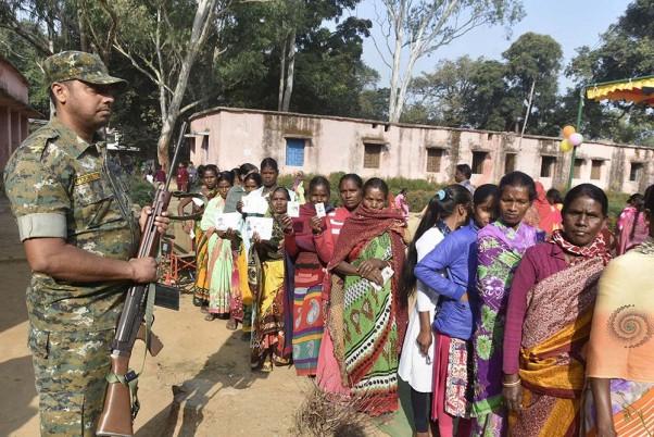 झारखंड में पहले चरण के चुनाव में 13 सीटों पर मतदान जारी