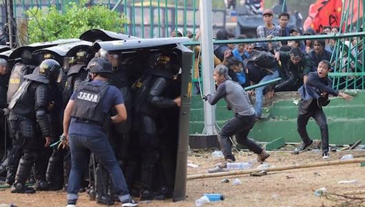 Polisi Tenangkan Massa Rusuh di Slipi: Hentikan, Kami Bukan Musuh Anda