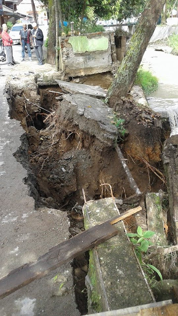 Ambruk,,, Tembok Penahan Tebing di Tanah Mendapo SUngai Penuh