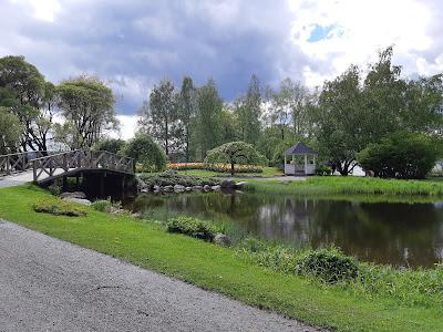 Puusilta, puita ja lampi Hatanpään Arboretumissa
