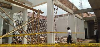 Diduga Kualitas Gavalum Rendah, Bangunan Aula Kecamatan Jenggawah Ambruk