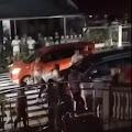 [VIDEO] Teriak Minta Tolong, MEP Bergelantungan Diatas Mobil