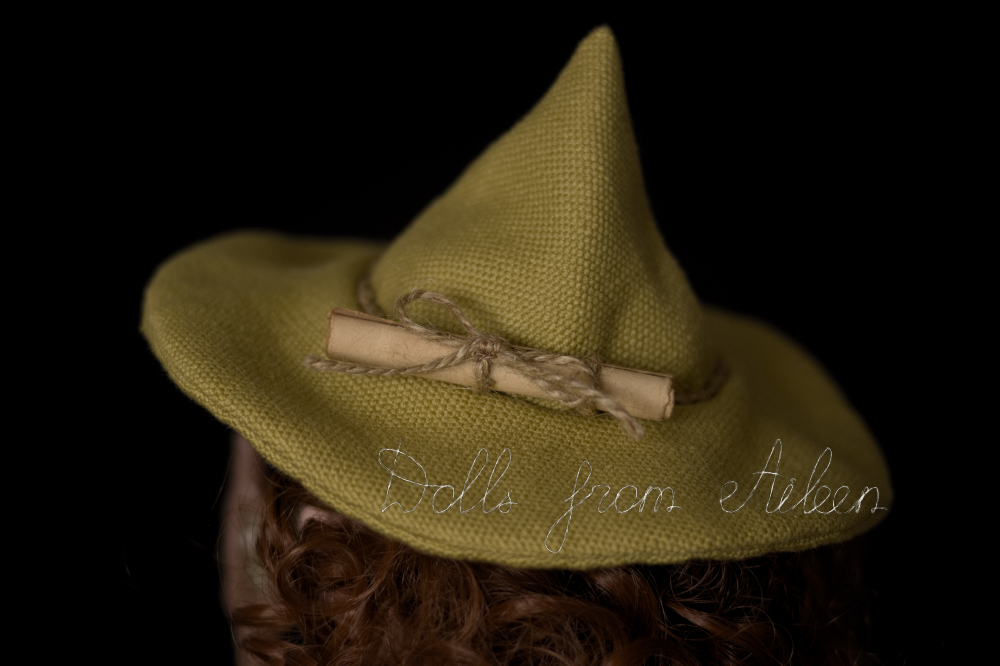 Green witch's hat with magic spell