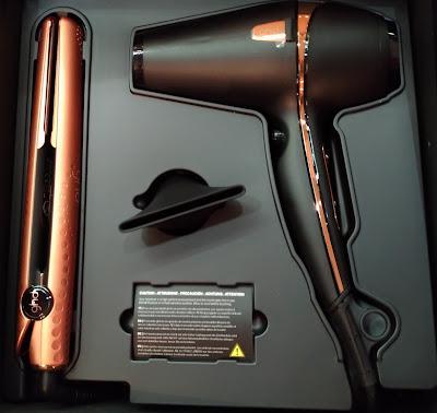 Coffret GHD, comprenant un Styler gold en édition limitéet un séchoir GHD en édition limitée également.