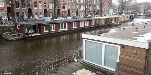 Casas flotantes en un canal de Amsterdam
