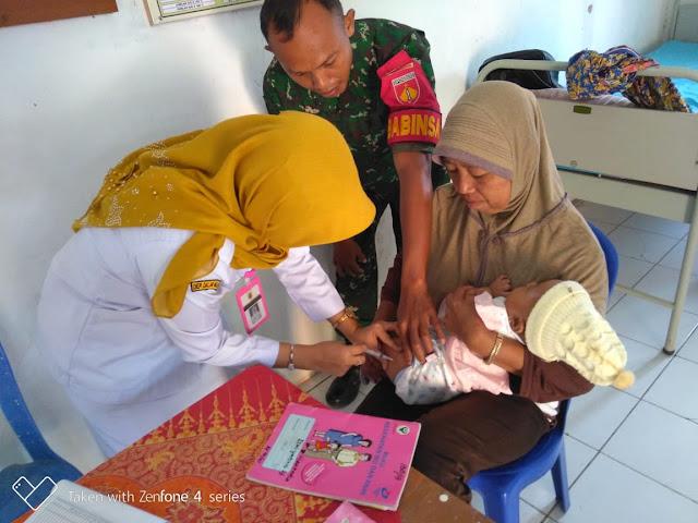 Babinsa Banyurip Dampingi Imunisasi Balita