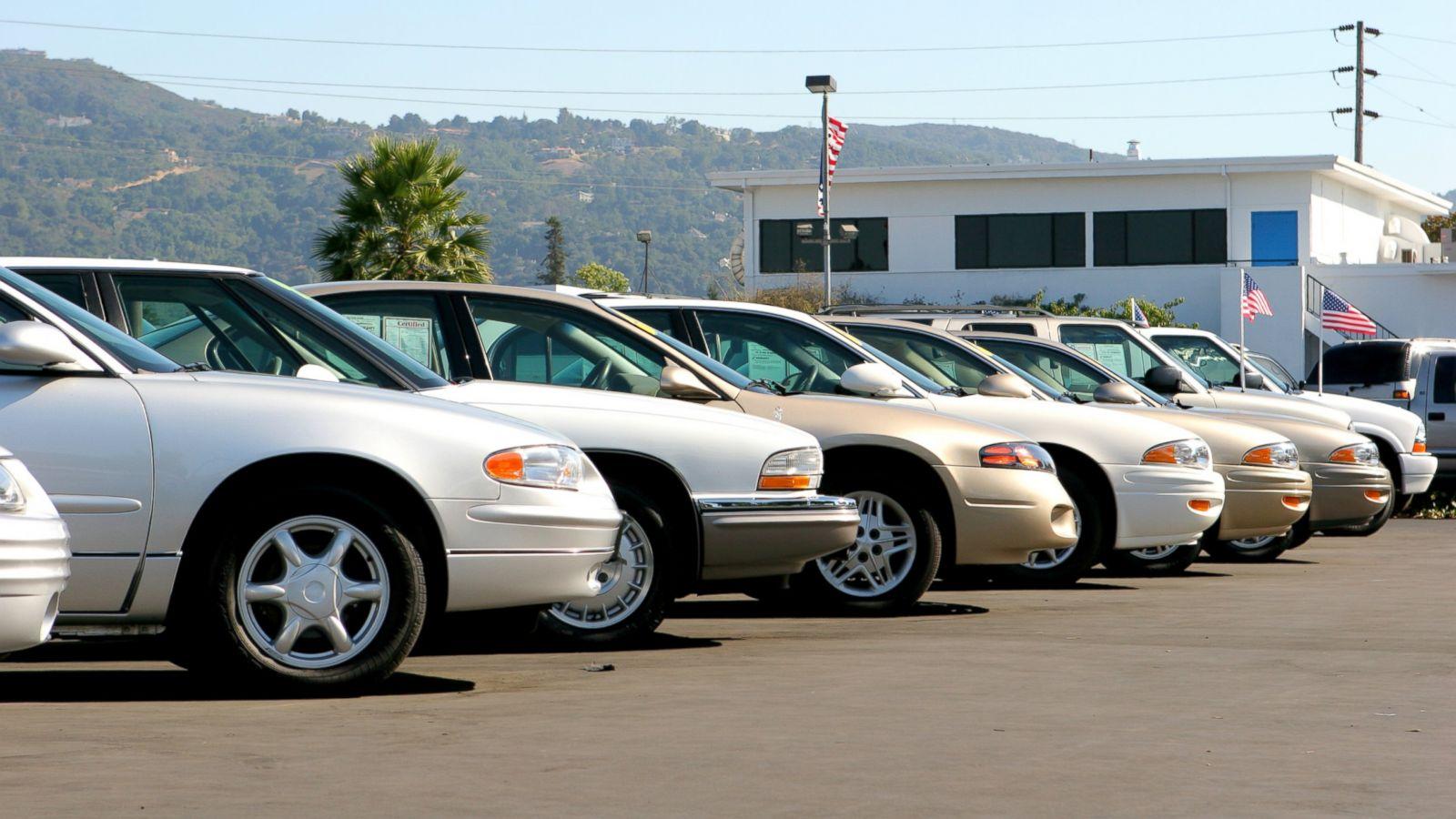 سيارات مركونة للبيع