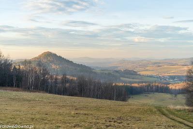 Stromiec (z lewej) i Płoszczyna w dolinie (z prawej)