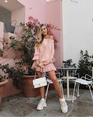 vestido rosa corto con vuelos