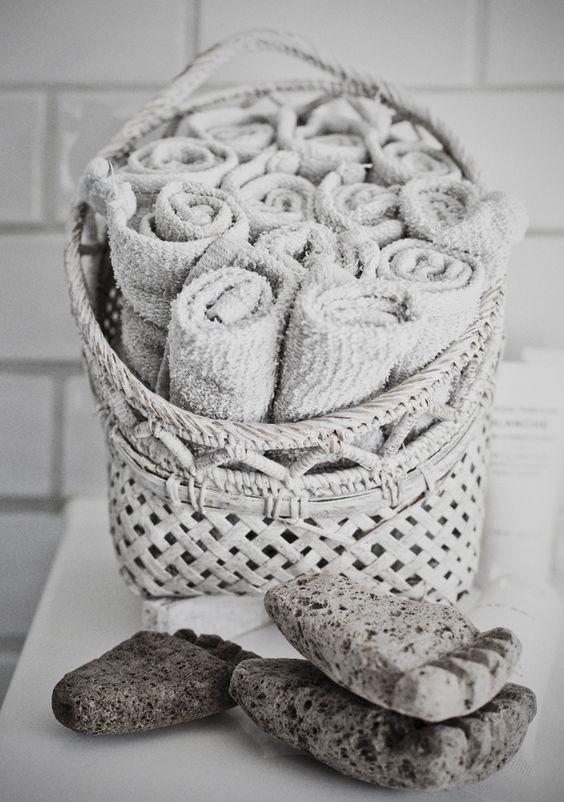 cesta para el baño, toallas, cesta para colgar, decoración nordica, estilo nordico, alquimia deco, decoracion interiores, interiorista barcelona