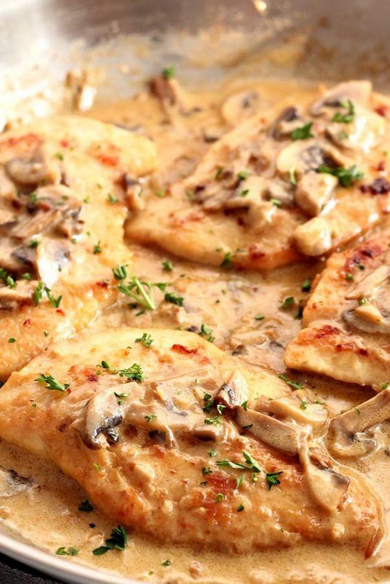 Créamy Mushroom Garlic Chicken Recipe is juicy chickén in thé most amazing créamy and délicious garlic mushroom saucé sérvéd with mashéd potatoés or mashéd cauliflowér. This makés oné incrédiblé 30 minuté méal
