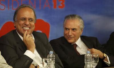 Pezão e Temer trocando sorrisos, com Temer abrindo o paletó