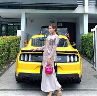 Safiey Ilias, usahawan muda, usahawan kecantikan, Sport car, kereta idaman, kereta sport, selebriti kaya popular, usahawan kosmetik Malaysia berjaya, kereta mewah, Ford mustang yellow kuning, harga Ford mustang,