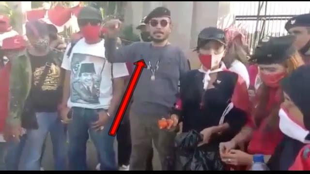 massa Ormas merah-merah tersebut dalam aksi demonya membakar foto Imam Besar HRS, lalu karena tidak terbakar akhirnya mereka merobek-robeknya disertai aneka caci maki dan hujatan ala PKI.