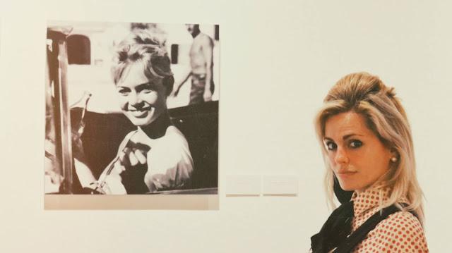 Alejandra Colomera con fotos de Brigitte Bardot en blanco y negro de fondo