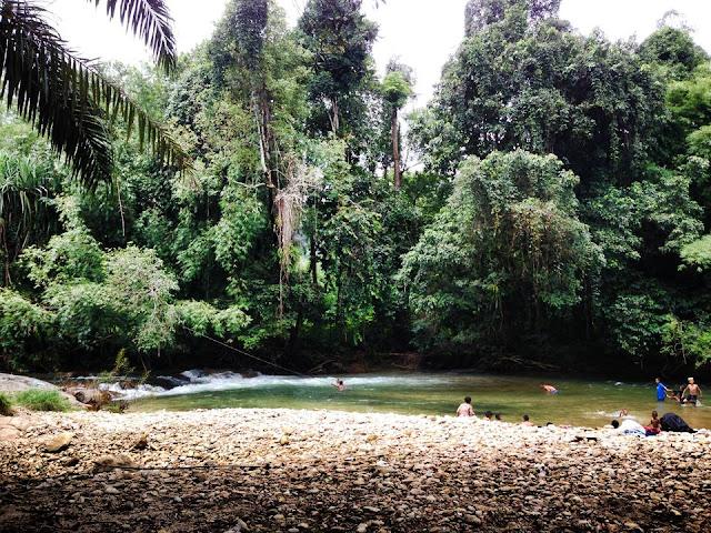 น้ำตกวังเคียงคู่ เป็นแหล่งท่องเที่ยวในช่วงหน้าฝนของจังหวัดพังงาที่น่าสัมผัส ด้วยสมบูรณ์ทางธรรมชาติ ป่าที่เขียวเขียวขจี ลำธารน้ำใสสะอาด และยังเป็นแหล่ง สัตว์ป่านานาชนิด มีกิจกรรมที่โดดเด่น คือ การล่องแพ และเล่นน้ำตก