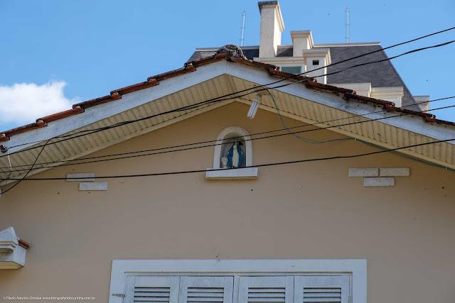 Detalhe de capelinha em casa no Centro Cívico