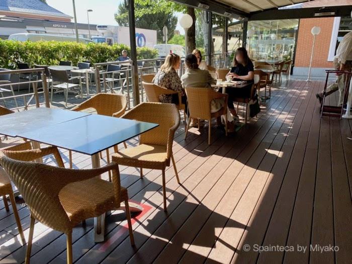 営業開始したマドリードのカフェは2m間隔をとるテラス席のテーブル