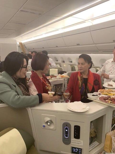 Bữa ăn nhẹ trên máy bay của bà chủ tịch Quốc Hội Việt Nam
