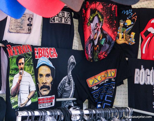 Barraca de camisetas na Feira de Usaquén, Bogotá
