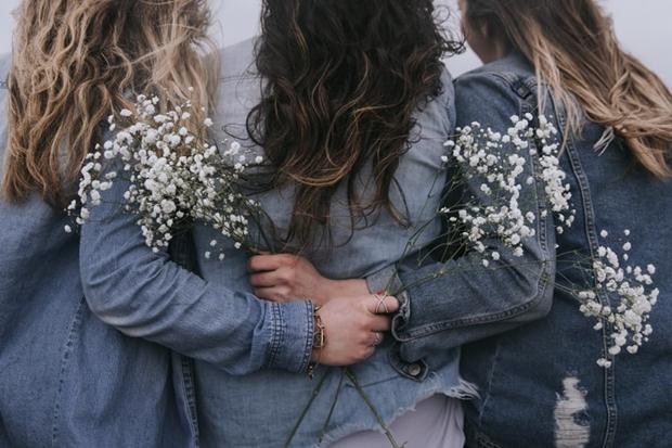 Foto mulheres amigas em pé se abraçando de costas