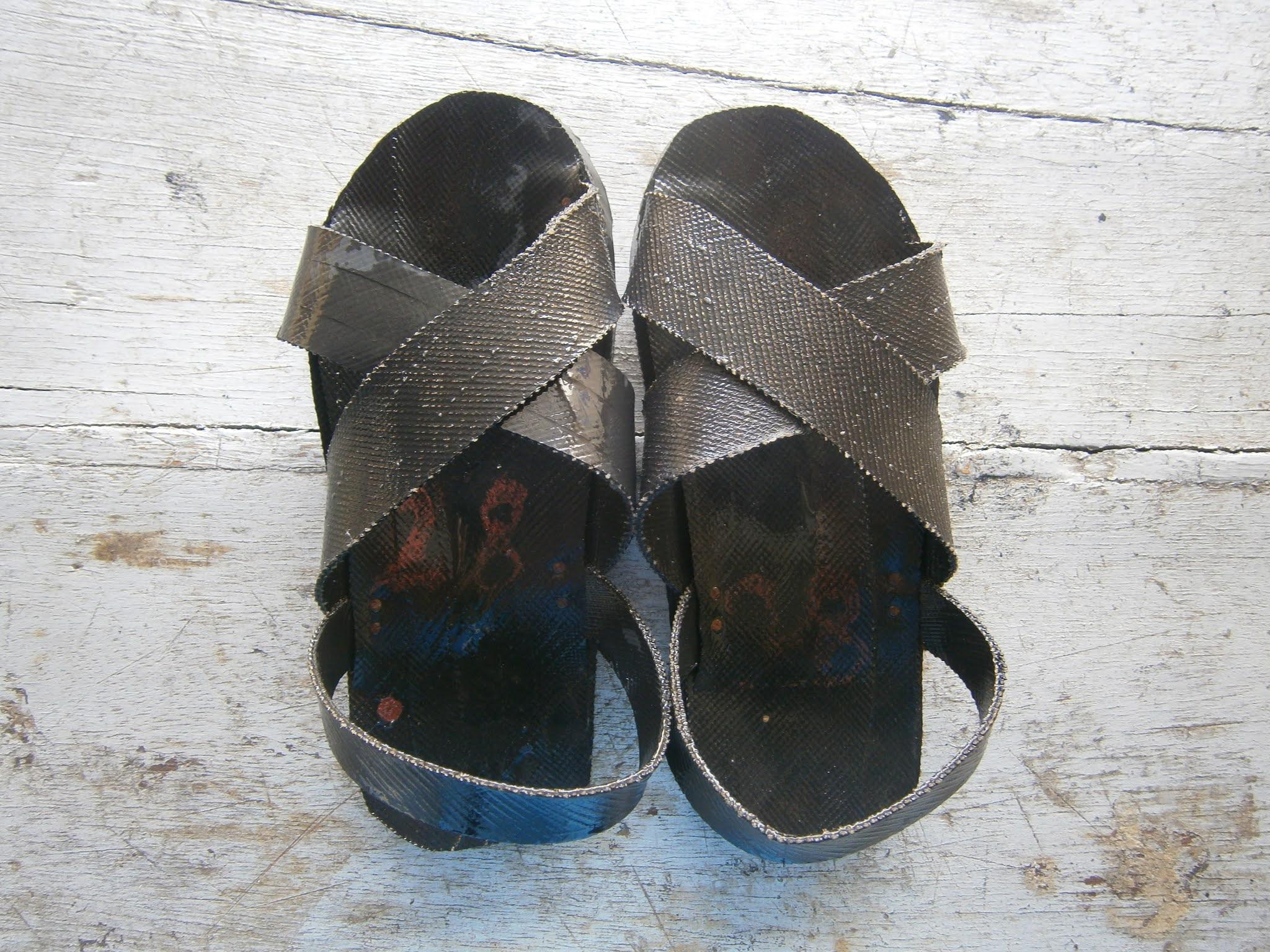 Sandalias hechas de piezas de neumáticos conocidos como YANQUIS (Ojotas)