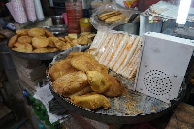 Kue dan snack subuh ini di Terminal bus Jaipur