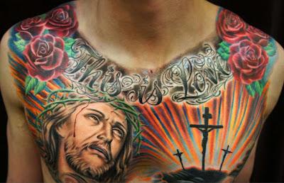 Tatuaje de Jesús a color en el pecho