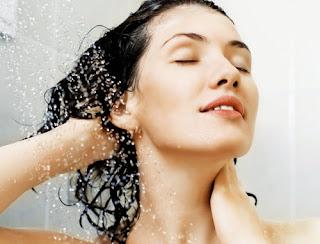 Gội đầu ngay sau tắm biển để tránh bị khô tóc