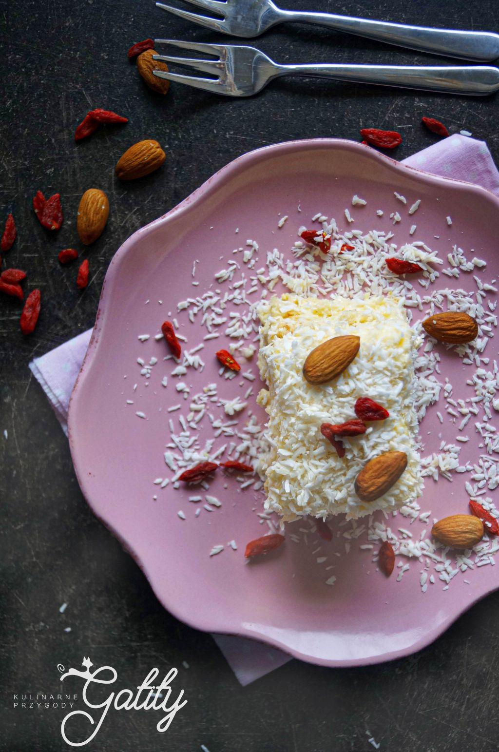 biale-ciasto-z-wiorkami-kokos