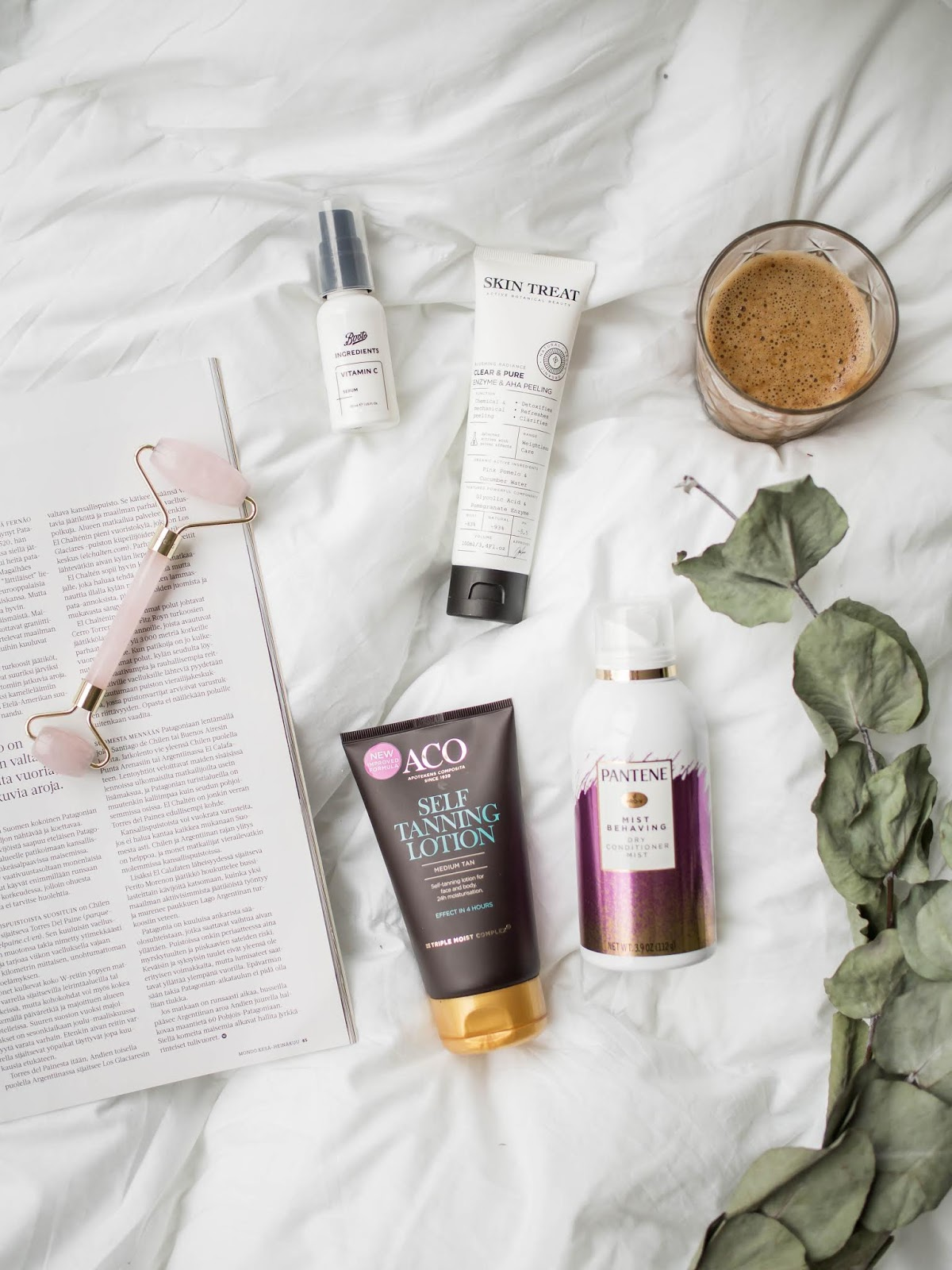 Beauty product flatlay: products for face, body and hair - Kauneustuotteet: ihonhoito, vartalonhoito, itseruskettava, hiustenhoito