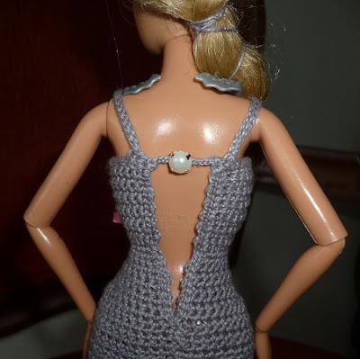 vestido de crochê para boneca Barbie com detalhe nas costas