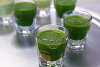 Is image me kuch glass me wheatgrass juice rakha dikhaya gaya hai