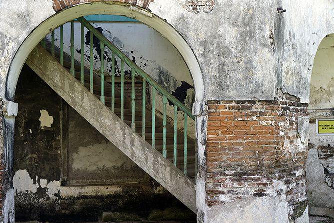 Akses tangga naik ke lantai dua