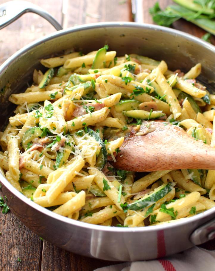 Cremosa y de intenso sabor pasta penne con zucchini a la carbonara