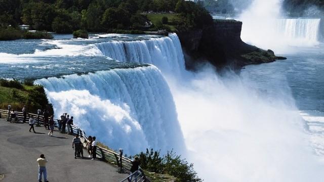 Изплува кораб, заклещен от 101 г. в Ниагарския водопад (ВИДЕО)