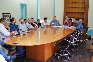 Representantes de diversas entidades assistem à apresentação da análise atualizada da situação orçamentária e financeira do Município