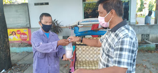 Unit Reskrim Polsek Ujung Tanah Bagi-bagi Takjil Sambil Imbau Warga Terkait PSBB